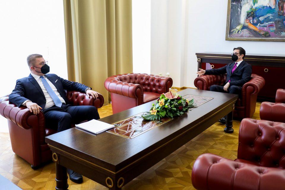 Мицкоски му порача на Пендаровски: Политичар кој се плаши од својот народ треба веднаш да се спакува и да ја напушти политиката