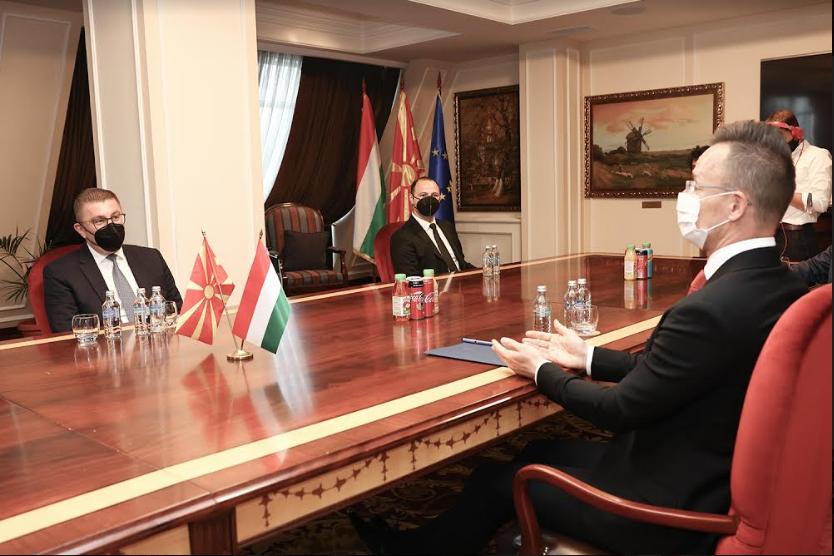Средба Мицкоски-Сијарто: Благодарност за поддршката од Унгарија кон Македонија, нагласена потребата од старт на преговори со ЕУ и борба против криминалот
