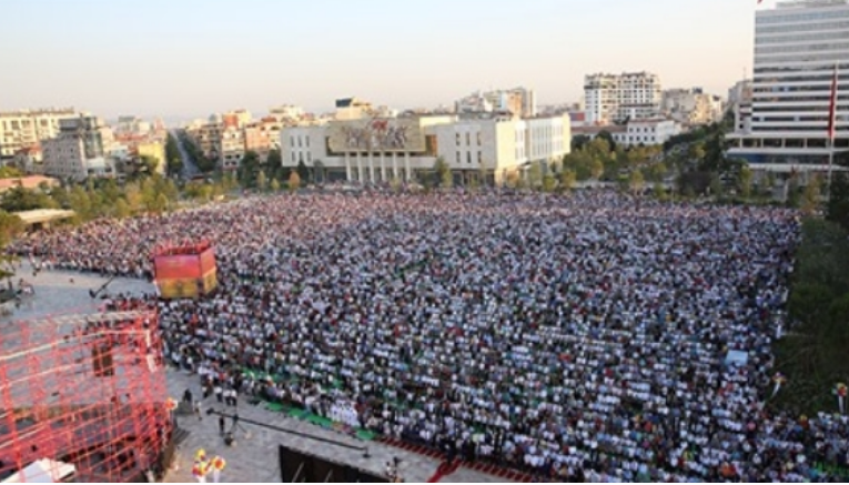 Бајрамски намаз на плоштадот Скендербег во Тирана и обид за самозапалување