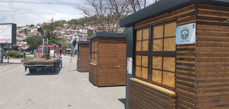 На кејот во Охрид поставени типизирани куќарки за угостителска намена
