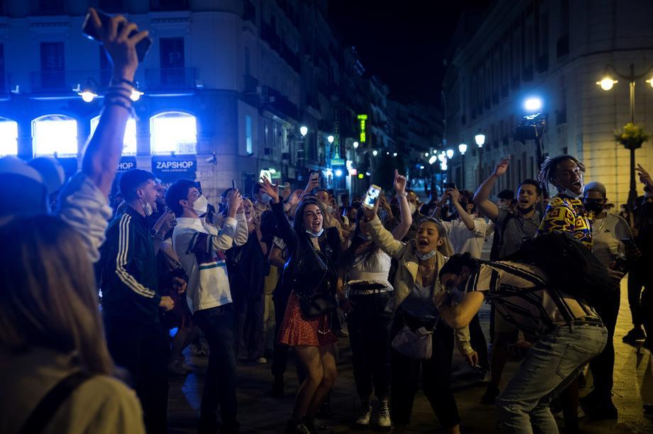 Шпанците со забави по улиците, како да е Нова година, го прославија укинувањето на вонредната состојба