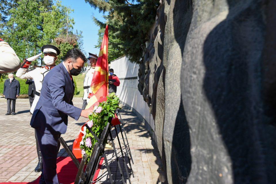 Заев положи цвеќе на партизанските гробишта во Бутел