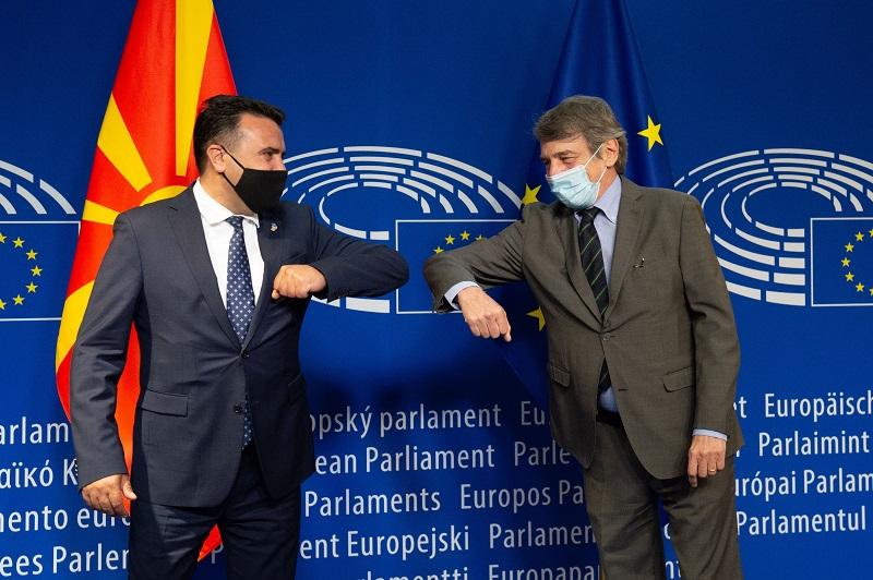 Заев – Сасоли: Итно треба да се одблокира европскиот пат, но преговори за македонскиот идентитет не се опција