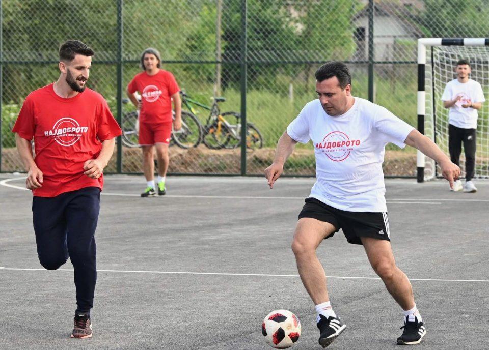 Заев одигра партија фудбал во Желино: Отворено новото спортско игралиште