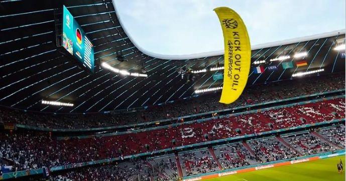Германски снајперисти го имале на нишан активистот кој влета на стадион