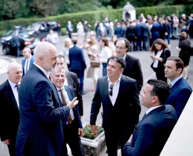 Заев, Димитров и Османи со восхит гледаат во Еди Рама