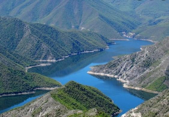 Трагедија на Козјак: Рибар потонал во езерото, полицијата го бара телото