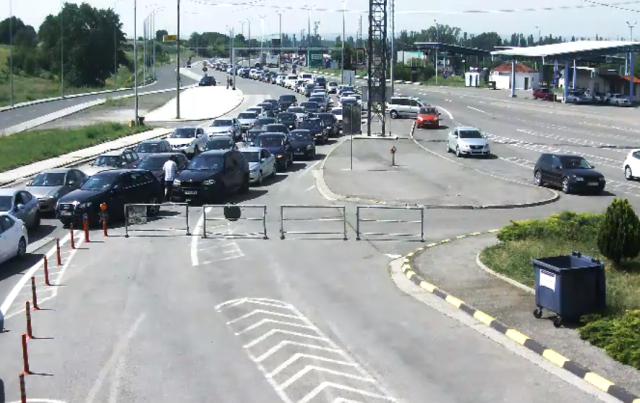 Стотина автомобили на Табановце чекаат за влез во Србија, следува масовна вакцинација на македонските граѓани