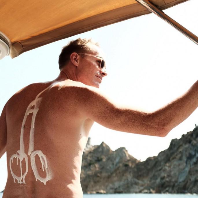 Синовите го посрамија познатиот актер – машки полов орган се појави на фотографијата