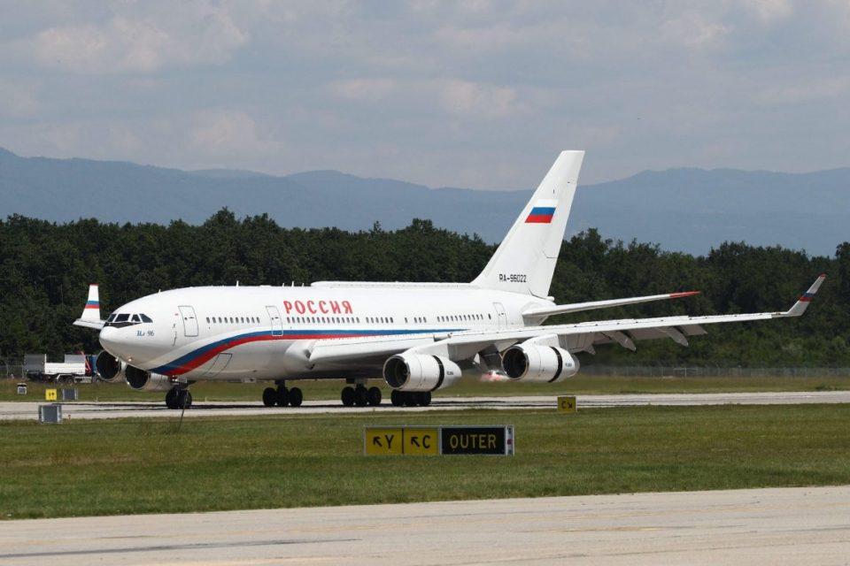 Сала за состаноци и позлатен тоалет: Ѕирнете во внатрешноста на авионот со кој лета Путин