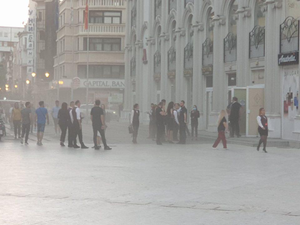 Центарот на Скопје мириса на изгорена пластика, чад излегува од Мериот, пожарна нема