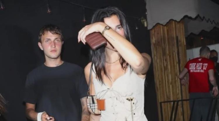 """Се тетерави додека заминува од забава: Дуа Липа покажа како изгледа """"дрво"""" пијана"""