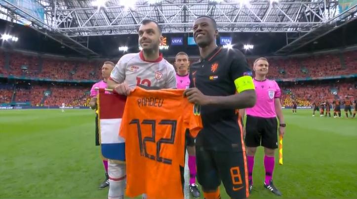 Пандев доби холандски дрес со неговото име и бројот 122