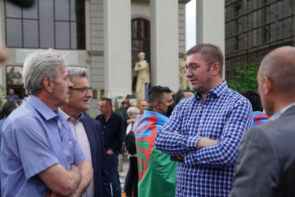 Мицкоски: Остануваме тука да се спротиставиме на погубните политики и да спречиме нов македонски национален срам