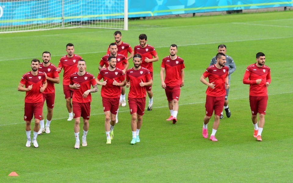 Македонските фудбалери стасаа во Амстердам, релаксиран тренинг пред мечот со Холандија