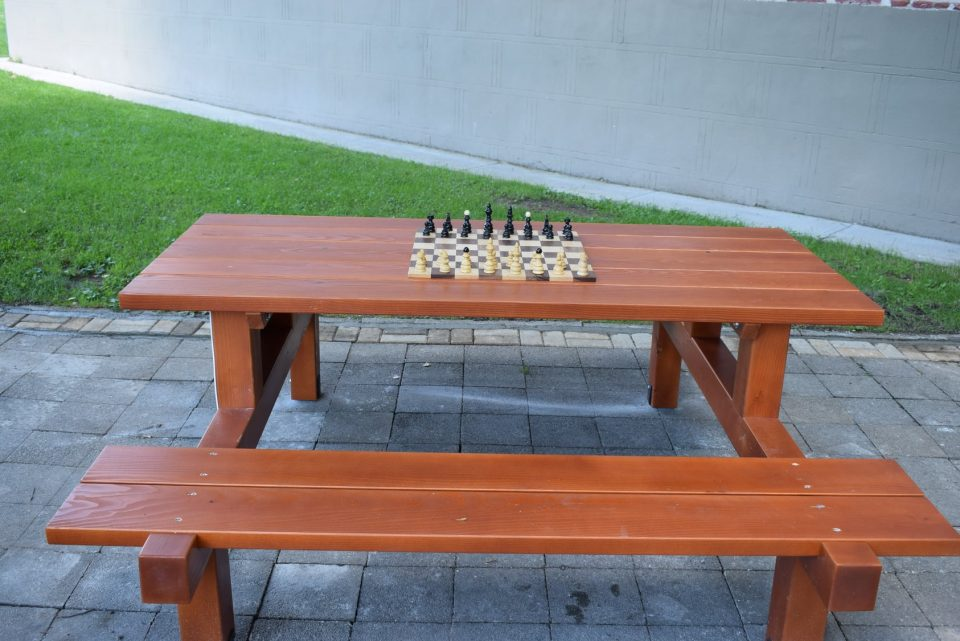 Со камери, фотографии и изјава на градоначалничката: Ова е новата маса за шах, која ѝ даде душа на Битола