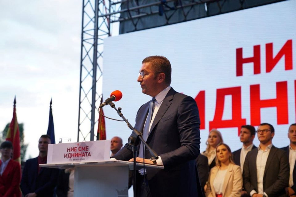 Анкетите покажуваа предност на ВМРО-ДПМНЕ со над 4,2 посто и водство на Мицкоски над Заев