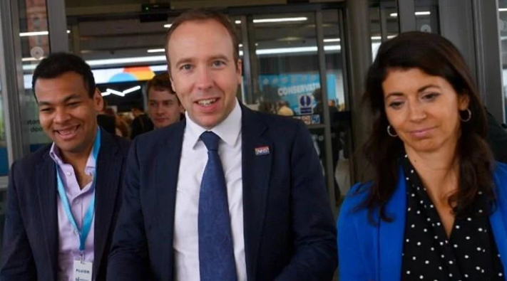 Секс скандал ја тресе Британија: Министерот за здравство уловен во страствен бакнеж со колешка