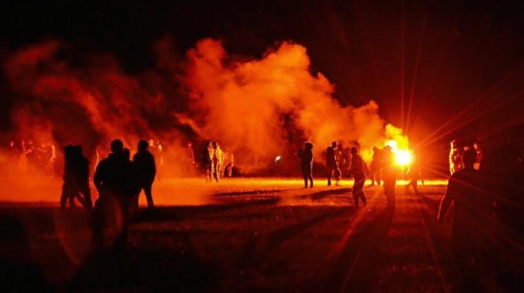 Неколкумина повредени на рејв забава во Франција по жестоки судири со полицијата, момче остана без рака