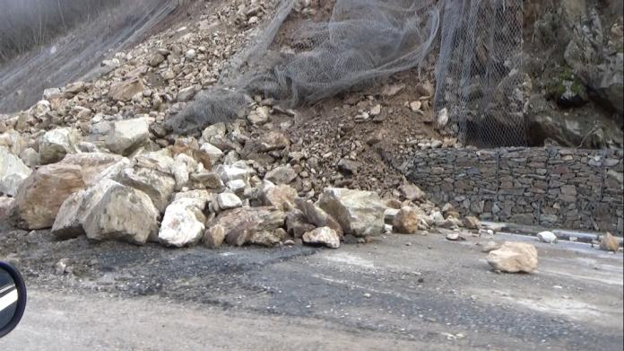 Одрони на на патот Делчево – Македонска Каменица, отежнат е сообраќајот