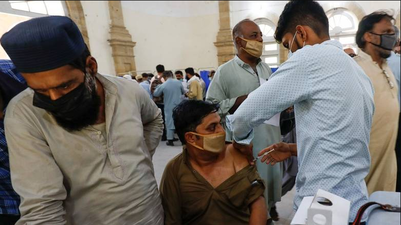 Заканата дава резултат: Жителите на одат на вакцинација за да не им бидат блокирани мобилните телефони