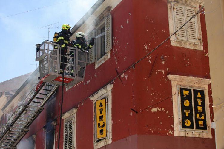 Голем пожар во столетна зграда во Задар, во опасност е целиот полуостров