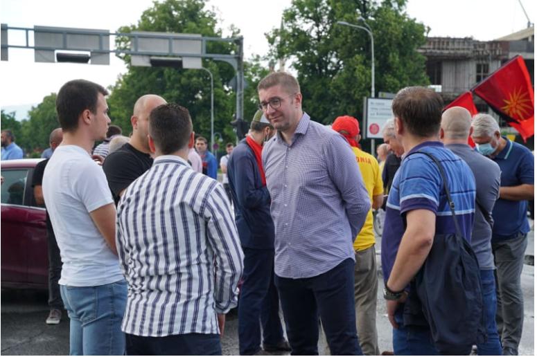 Дождот не ги спречи: ВМРО-ДПМНЕ повторно излезе на блокади да побара да престане продавањето на националните интереси