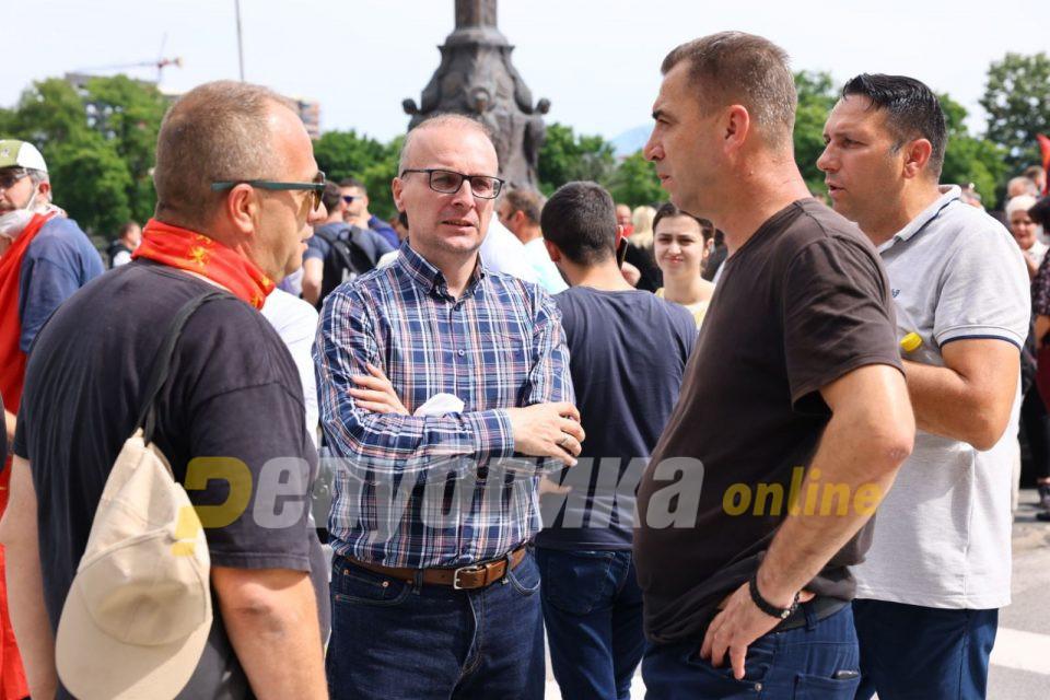 Заев, Димитров и Османи да се појават пред Собранието и да објаснат за кои дополнителни анекси се разговара, ги повика Милошоски