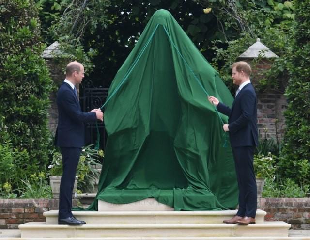 Принцовите Вилијам и Хари поставија споменик на Дајана во чест на нејзиниот 60. роденден