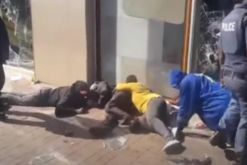 Воена состојба на улиците во Јужна Африка: Убиено и шестмесечно бебе