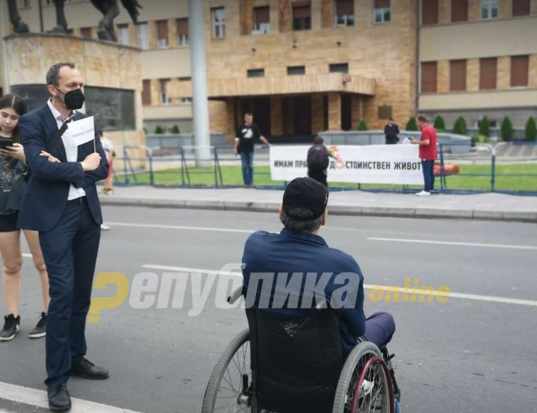 Пендаровски без одговор зошто не излезе на протестен марш со лицата со попреченост