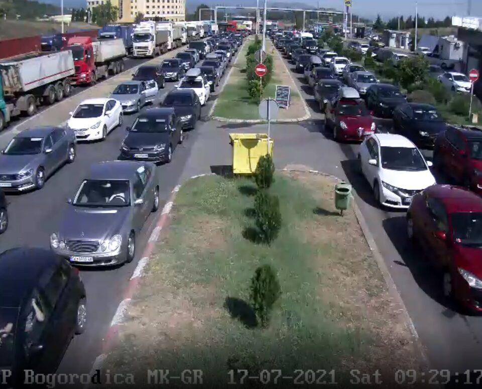 """Македонската граница со Грција со денови проблематична за туристите, на """"Богородица"""" четири колони возила стојат во место"""