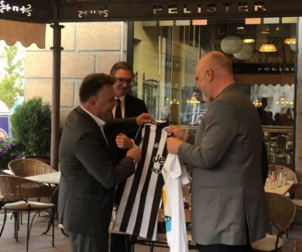 Наместо од Вардар, Шилегов му подари на Рама дрес од Јувентус