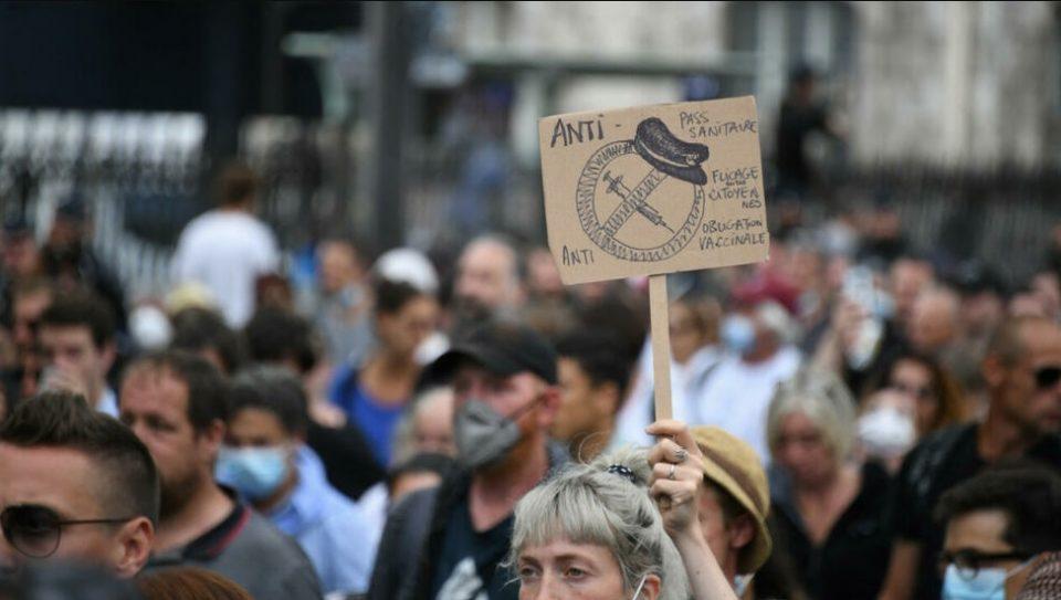 Полицијата во Париз со солзавец ги растера демонстрантите кои протестираа против ковид-мерките