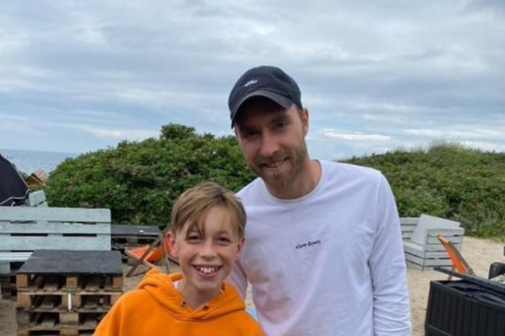 Данскиот фудбалер Ериксен кој колабираше на среде терен на ЕП, се појави во јавноста