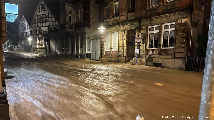 Единаесет жртви во поплавите во Белгија, во Германиjа над илјада се водат како исчезнати