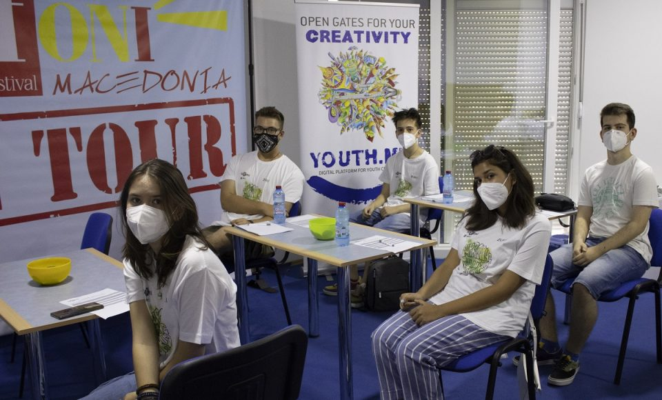 """Петнаесет македонски средношколци и студенти се дел од онлајн-жирито на """"Џифони Италија"""""""