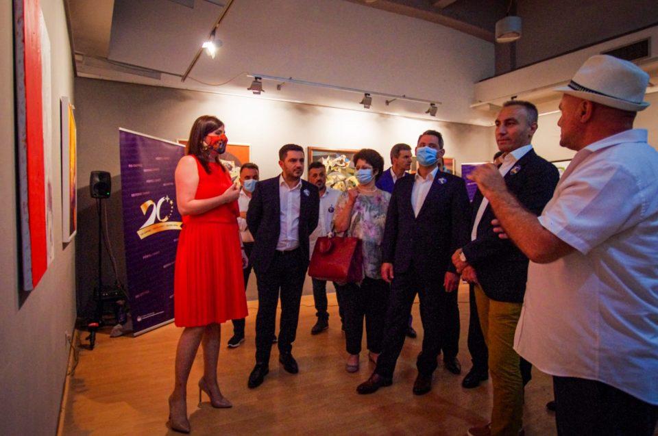 Националната галерија на Македонија и Уметничката галерија од Тетово организираа изложба за одбележување на 20 години од Рамковниот договор