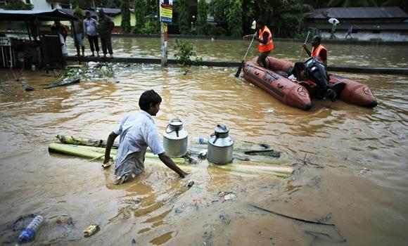 Во текот на монсунските дождови во Индија починаа повеќе од 160 лица, неколку десетици заробени под свлечишта