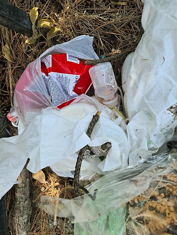Искористени шприцеви, игли, картонски и пластичен смет расфрлан низ гробиштата во Бутел