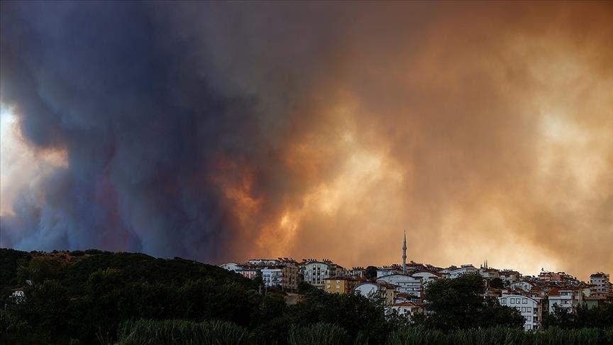 Огнот дојде до хотелите: Тројца загинати во шумските пожари над туристичките центри на југот на Турција