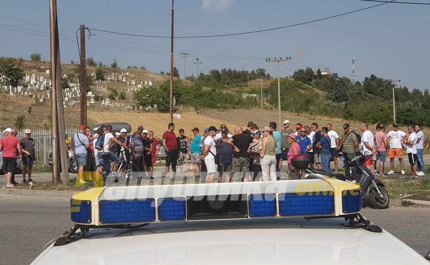 Жители на Бардовци на блокада против изградбата на мигрантски центар на периферија на населбата