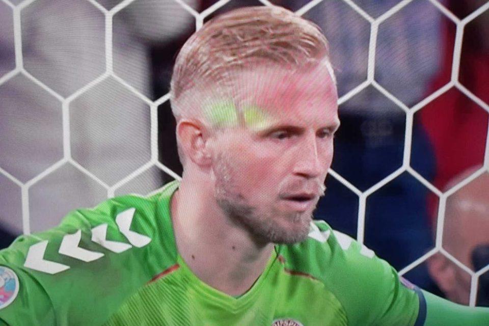Пеналот требаше да биде повторен: Англиските навивачи насочуваа ласер во лицето на Шмајхел