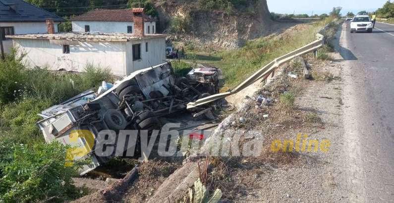 Камион излета од мостот кај Требеништа пред Охрид