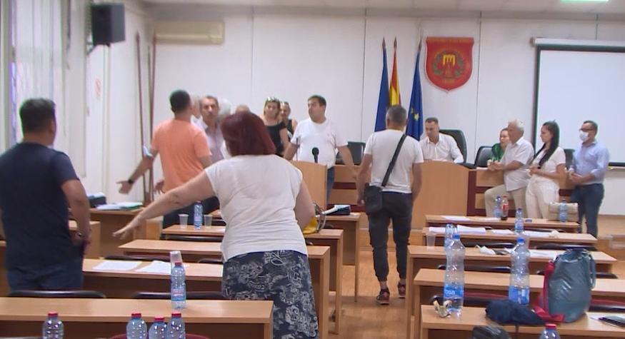 Драми во Гази Баба: Советниците од СДСМ бараат отстранување на снимател, претседателот бара им се измери алкохол во крвта