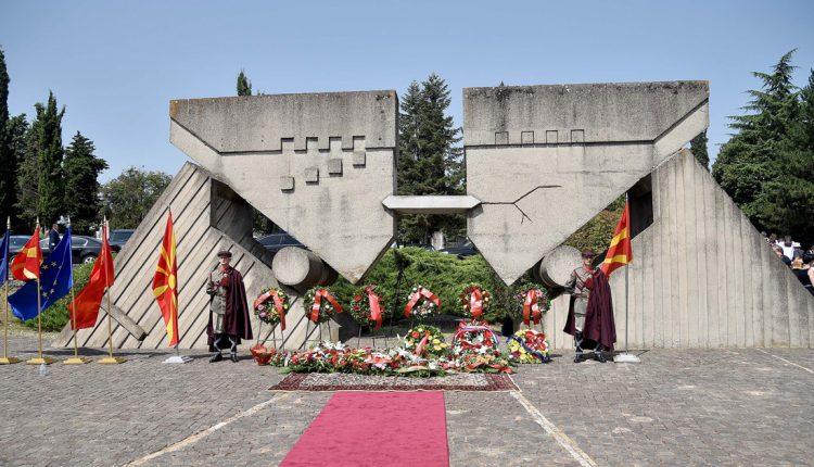 Почит и свежо цвеќе пред споменикот на жртвите од земјотресот
