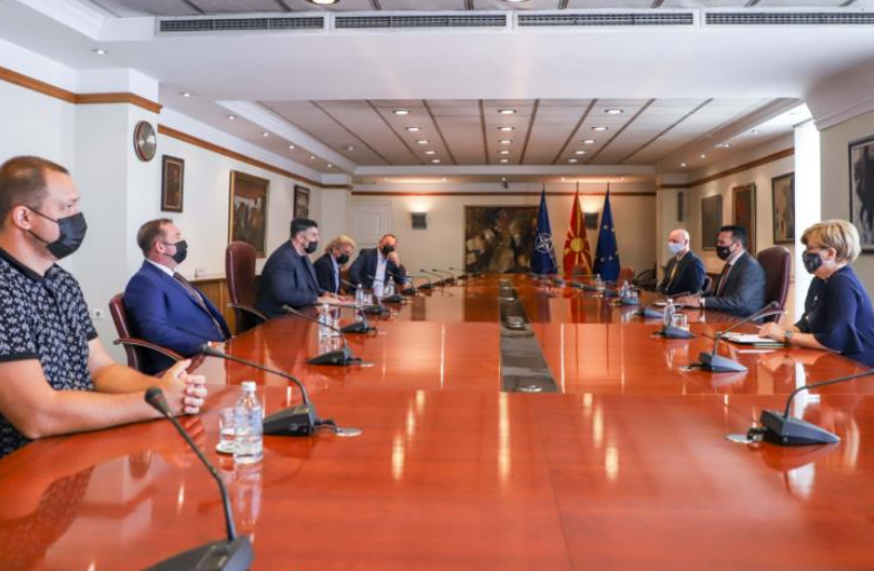 Заев нa средба со ССМ: Владата е на страната на работниците, социјалниот дијалог продолжува