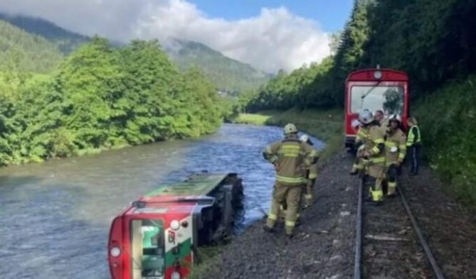 Повредени 17 деца по падот на воз во река во Австрија