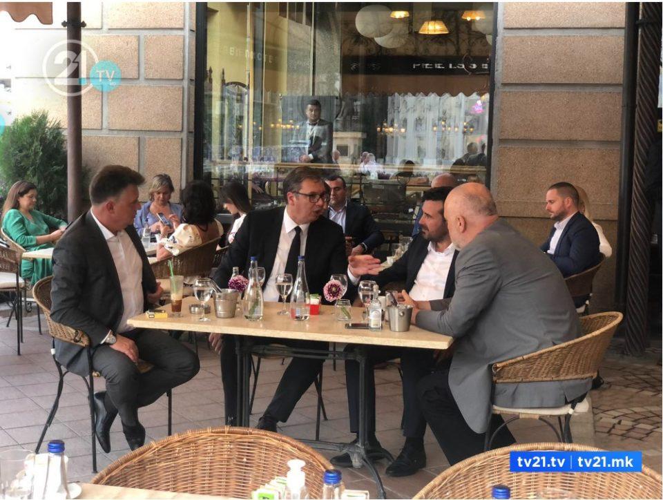 Заев ги шеташе Рама и Вучиќ низ Скопје, па ги почасти со кафе на плоштад