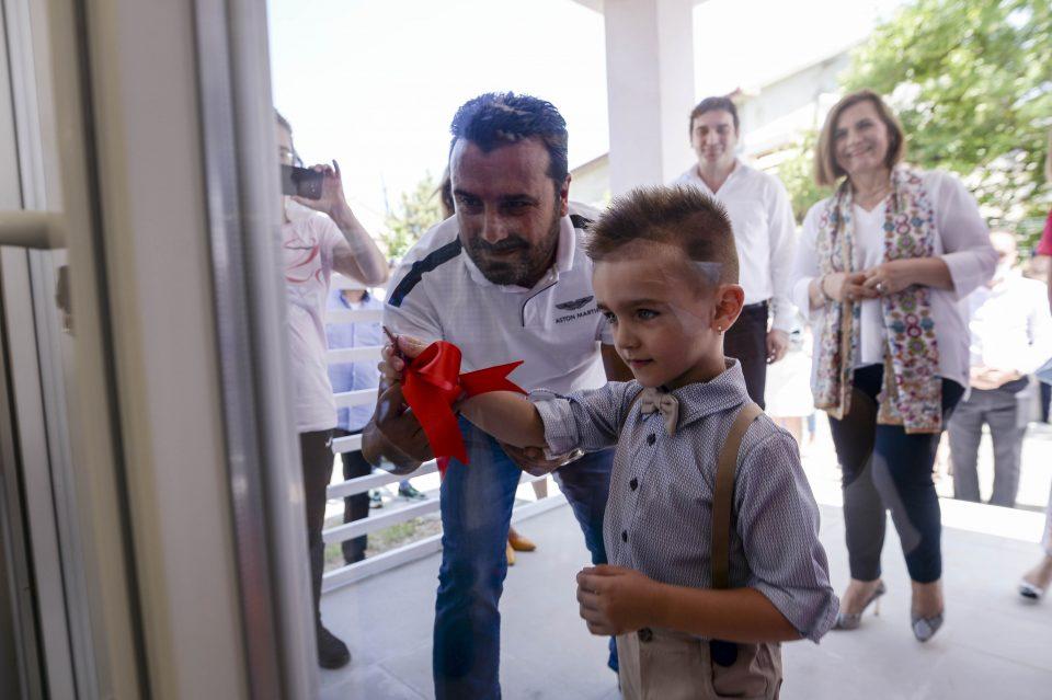 Во најтоплата сабота деца ги пречекуваа Заев, Филипче и Шахпаска во новата градинка во Неготино